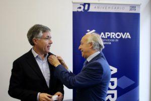 Juan Valero recibe una distinción por ser uno de los pioneros de APROVA